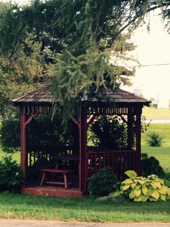 Suburban Motel: Pretty gazebo