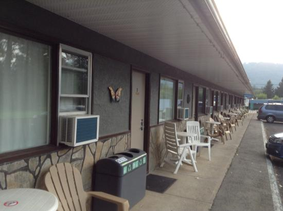 Lakeview Motel: outside view of rooms
