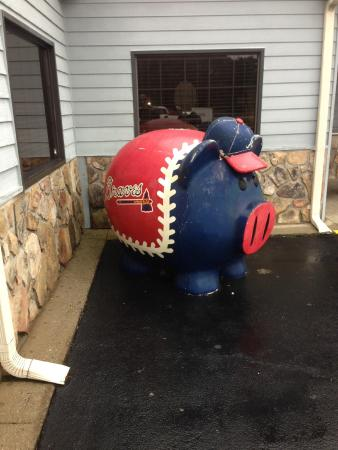 Wallace Barbecue Restaurant: Braves Pig Outside Wallace's