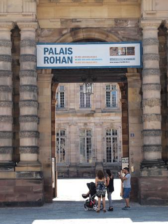 Musée des Beaux-Arts de Strasbourg : 大聖堂のすぐ脇に、ロアン宮の入口が。