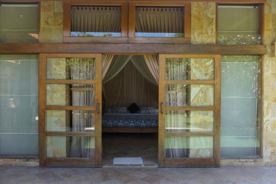 Villa Dermawan: master bedroom