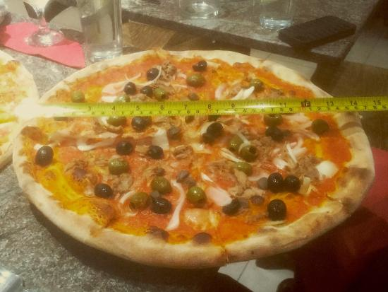 15 in pizza overhanging its plate and the table obr zek for Pizzeria il tocco