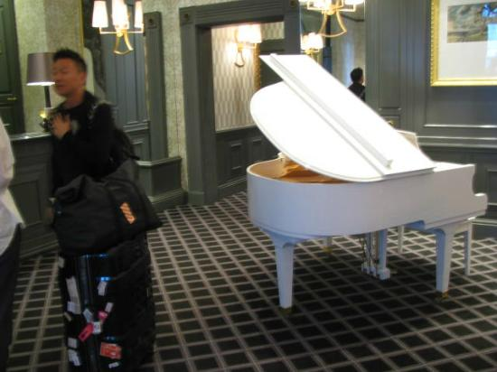 54 on Bath: white grand-piano at Reception