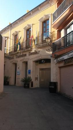 Hotel Torreluz Senior : Fachada del hotel y puerta del ascensor al parquin