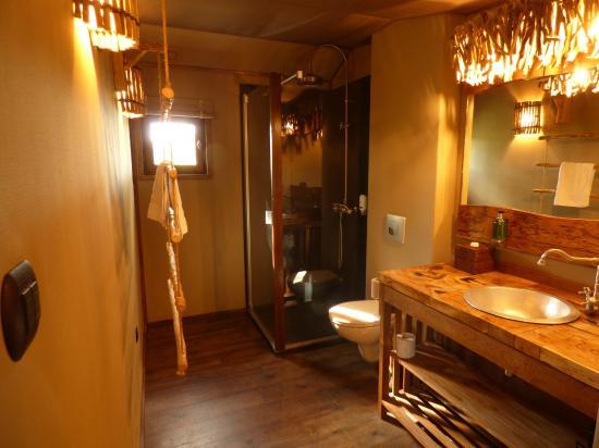 salle de bain lodge 2 photo de les lodges du pal dompierre sur besbre tripadvisor. Black Bedroom Furniture Sets. Home Design Ideas