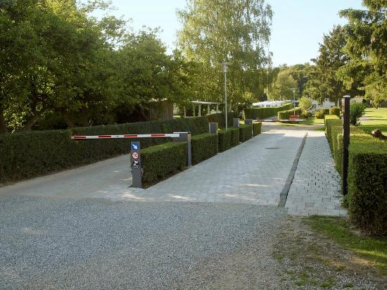 Lolland, Dinamarca: Camp entrance with new barrier and lighting