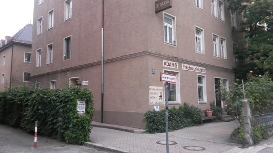 Hotel-Pension Schmellergarten: Вход с улицы