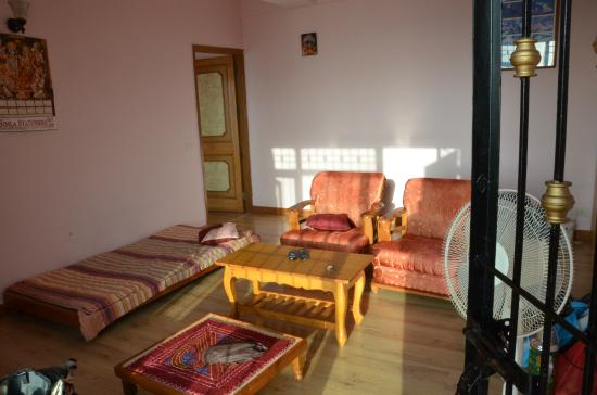Aapo Aap Home Stay: living room