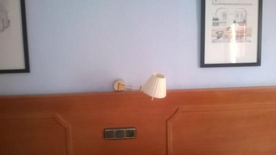 Hotel Don Ignacio: La lámpara de la habitación, rota y sin bombilla