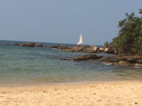 Queen Hill Resort: Пляж отеля