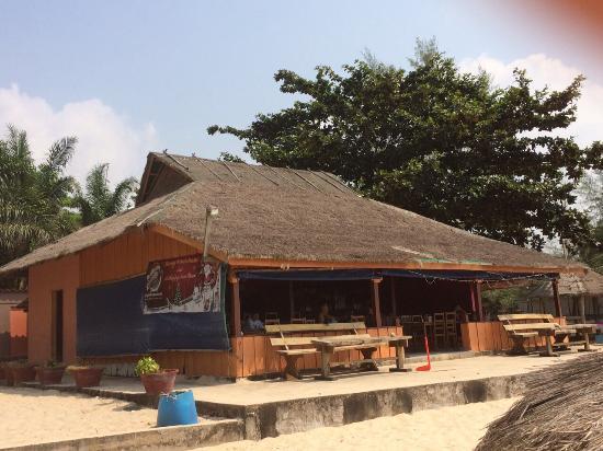 Queen Hill Resort: Кафе на пляже