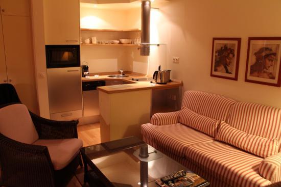 Hanse Clipper Haus: Küche mit Kühlschrank, Geschirrspüler und Kaffeemaschine