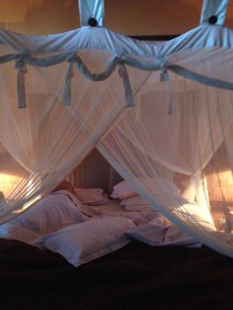 Medana Resort Lombok : Romantic four poster bed.
