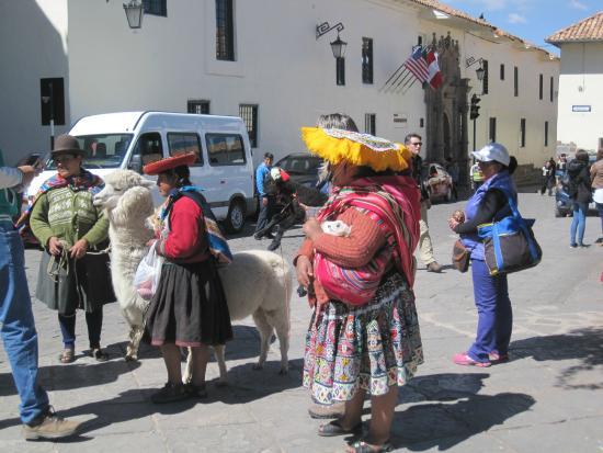 Hospedaje Casa Elena: Traditionele Peruaanse vrouwen op de Plaza des Armas