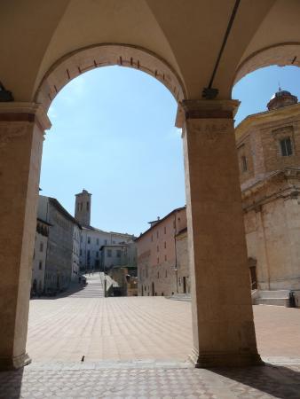 Oltre il portico del Duomo Spoleto