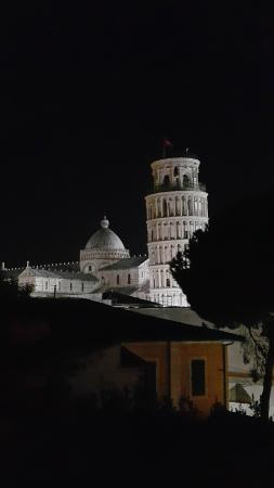 Hotel Villa Kinzica: Night View of the Pisa Tower from our room