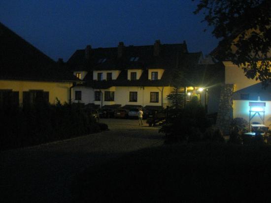 Hotel Sarmata: wieczór przed hotelem