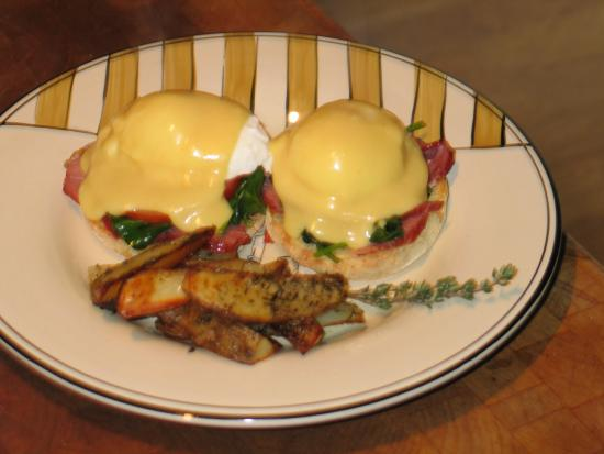 Cape Lookout Bed n Breakfast: Eggs Benedict