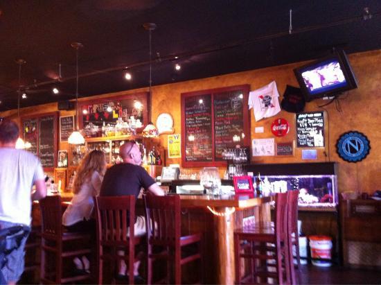 Bay Street Grill : Happy hour fun!