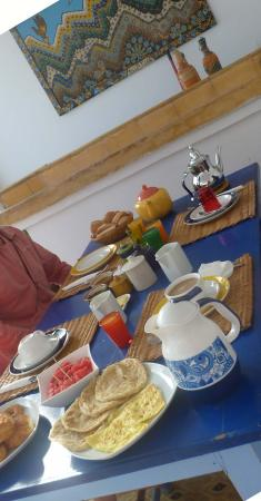 Riad Dar Latifa: Dar Latifa - la table du petit déjeuner