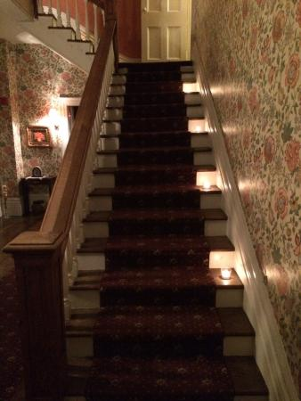 Brockamour Manor Bed and Breakfast: Candlelit stairs