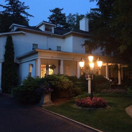 Brockamour Manor Bed and Breakfast: Twilight