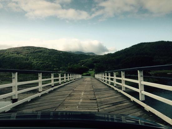 Penmaenpool, UK: Driving over the bridge