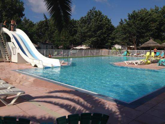 La piscine et ses tobogans picture of camping les for Piscine agde tarif