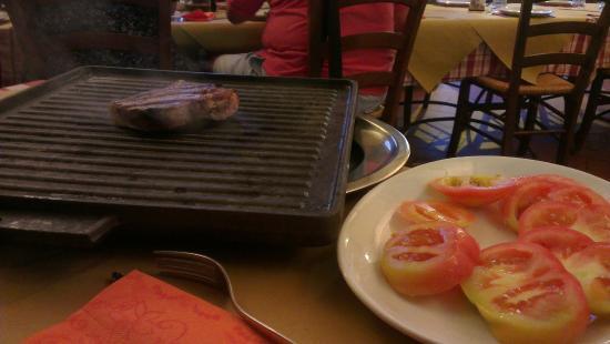 Istia d'Ombrone, Italia: Pièce de boeuf servie sur le grill