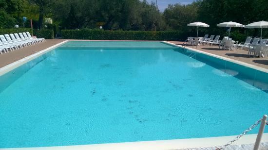 Piscina picture of villaggio camping dell 39 isola marina for Isola gonfiabile piscina