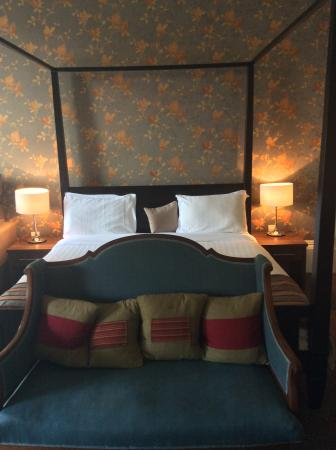 The Salisbury Hotel: Four poster bed