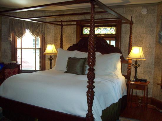 The Village Inn of Woodstock: Great room with view of garden