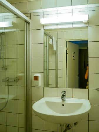 Bathroom picture of best western baronen hotel alesund for Best western bathrooms