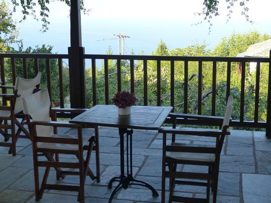 Adis Oneirou Hostel: Breakfast terrace