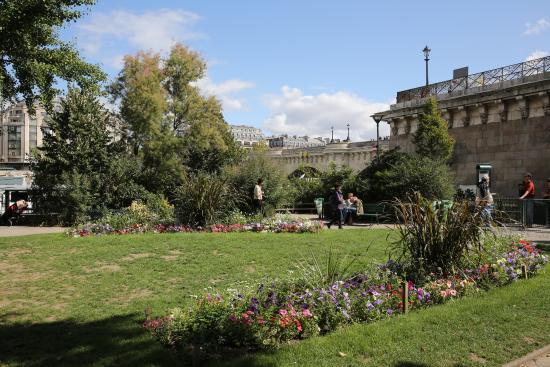 Paris pont neuf le jardin du vert galant derri re la for Jardin du pic vert