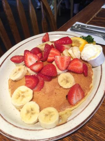 Hobee's Restaurant : Pancakes with seasonal fruits
