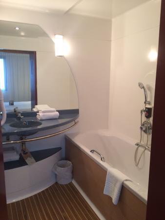 une chambre vraiment spacieuse bien am nag e et bien d cor e et une salle de bain avec douche. Black Bedroom Furniture Sets. Home Design Ideas