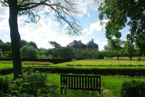 Chateau de Pange : Vue sur le Château de Pange du jardin