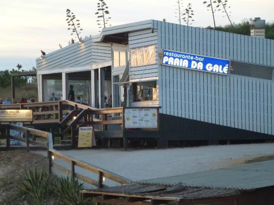 Praia Da Gale Restaurante: Access off the beach, or along the boardwalk.