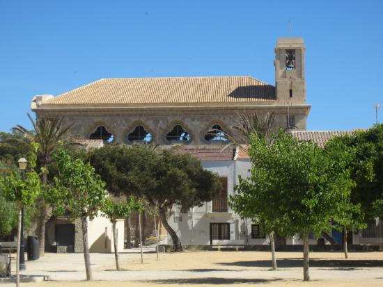 Isla de Tabarca, España: Вид на церковь Петра и Павла с центральной площади острова
