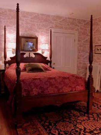 1868 Magnolia House Inn: Equestrian Suite Bed