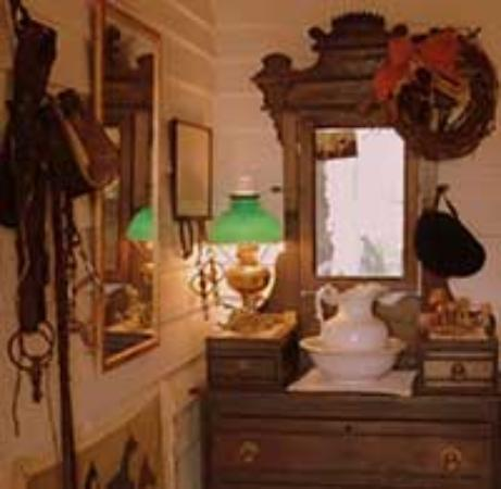 1868 Magnolia House Inn: Equestrian Suite Dresser