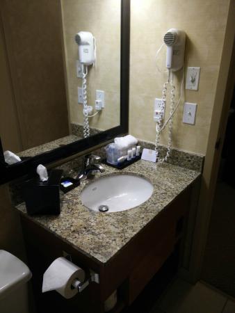 Best Western Plus Rose City Suites: Bathroom