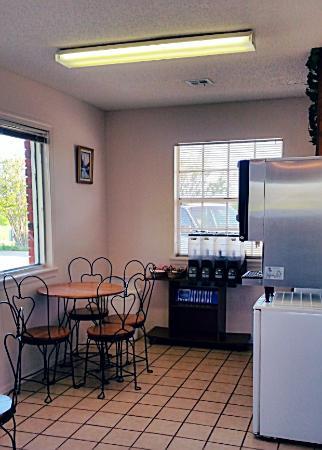 Checotah, OK: Breakfast Area