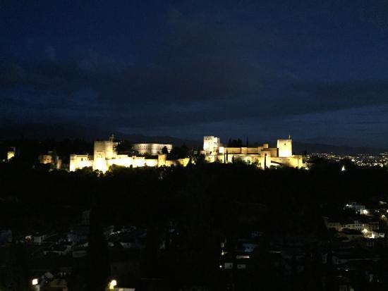 Restaurante Estrellas de San Nicolas: La vista hacia el Ahlambra con la mejor cena que me comi en Granada, no tiene precio!
