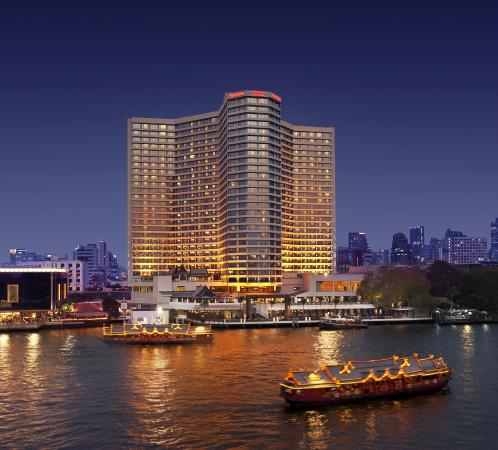 Royal Orchid Sheraton Hotel & Towers: Exterior by night