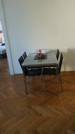 Residence Carolina: שולחן אוכל