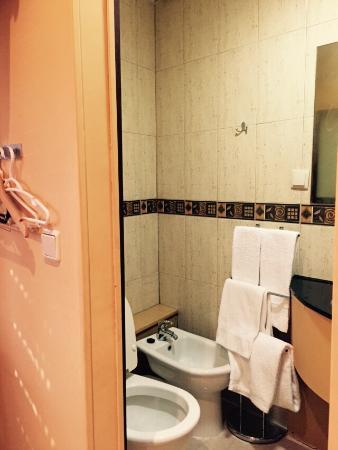 Residencial Paranhos : Salle de bain chambre double. Toilettes, cabine de douche, lavabo et bidet.
