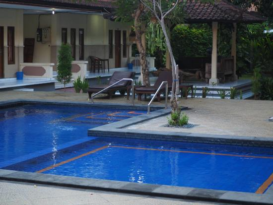 Suriwathi Beach Hotel: Back pool