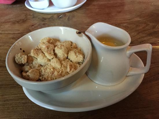 Lighthorne, UK: Apple & Berry Crumble with Custard - delicious!